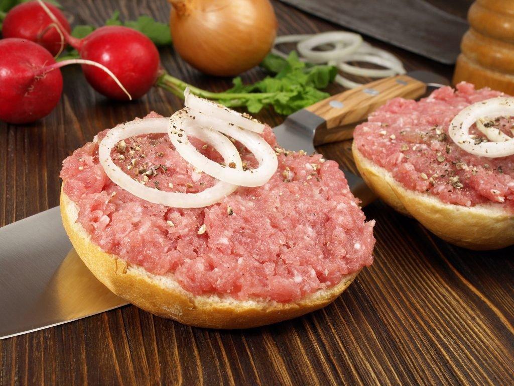 Salmonellen-Keime in Mettwurst entdeckt – Rückruf wurde eingeleitet!