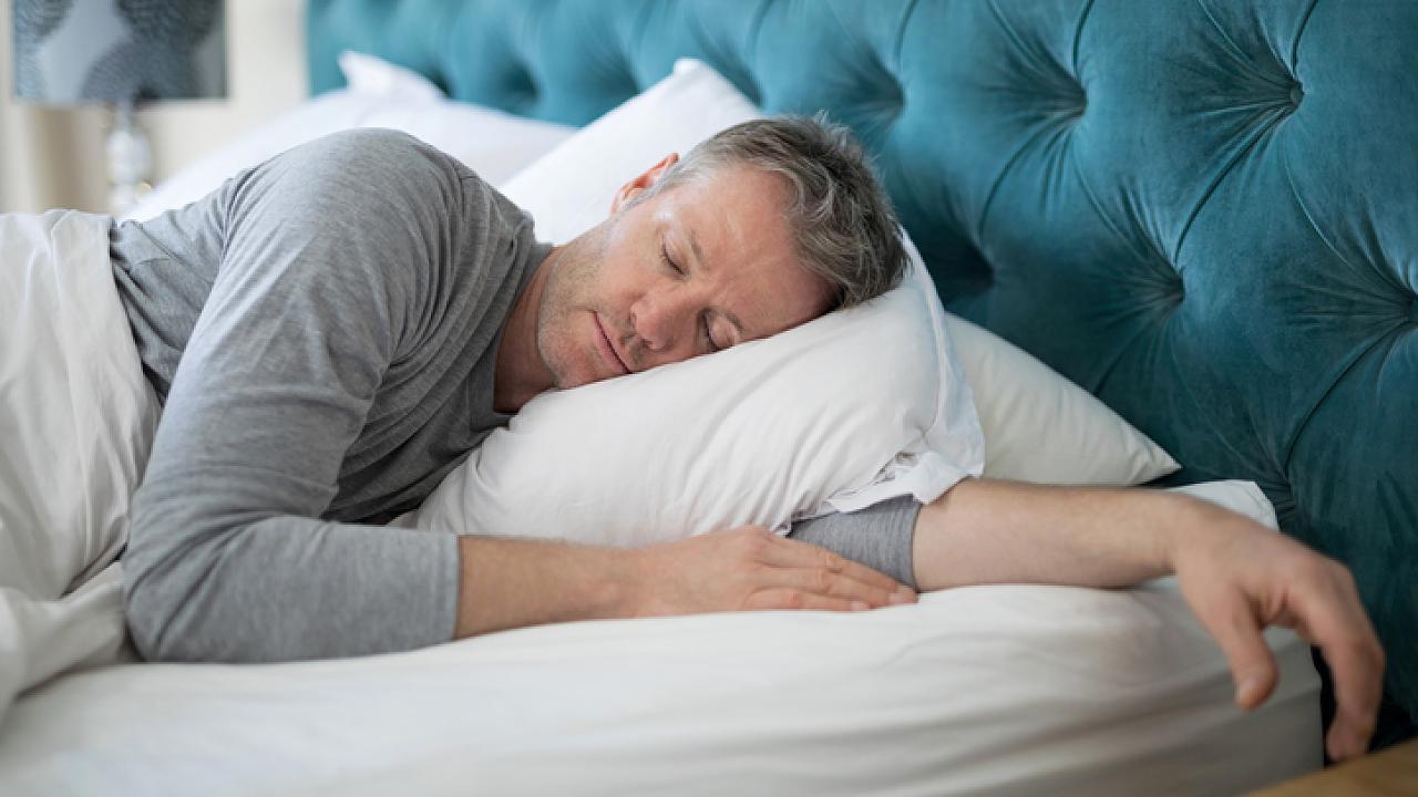 Endlich durchschlafen! 4 Dinge, die Sie auf keinen Fall vor dem Schlafen tun sollten – Video