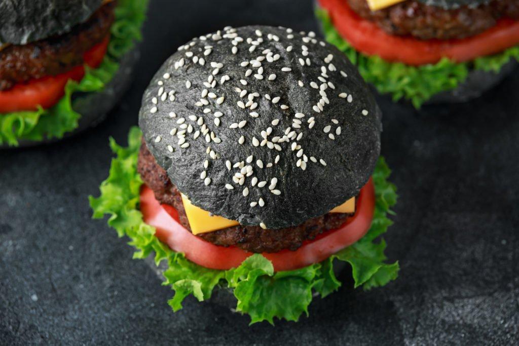 Angesagt – aber gesundheitsschädlich: Schwarze Lebensmittel mit Aktivkohle