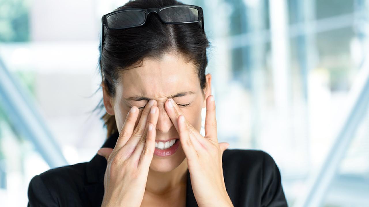 Augengrippe droht! Warum du gerade mit Geldscheinen vorsichtig sein solltest – Video