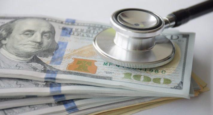 Health system stellt die Kosten-Rechner, um für den Patienten die Transparenz der Preise