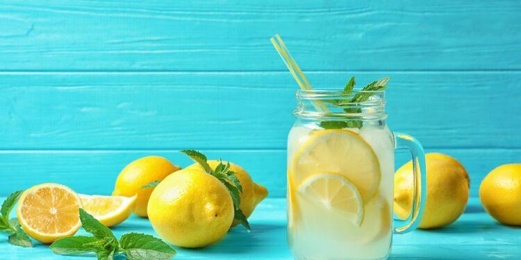Zitronenwasser: Ideal zum Abnehmen und um die Verdauung anzuregen – Naturheilkunde & Naturheilverfahren Fachportal